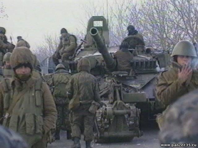 Экипажи гвардейской танковой части осматривают свои т-72а перед маршем